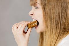 吃三明治的妇女,采取叮咬 库存照片