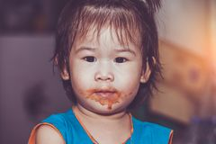 吃与一张被弄脏的面孔的孩子 概念执行自己 Vintag 库存照片