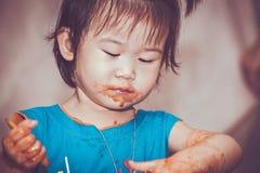 吃与一张被弄脏的面孔的孩子 概念执行自己 Vintag 免版税库存照片