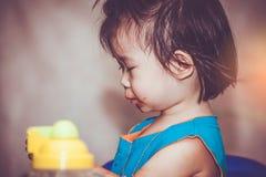 吃与一张被弄脏的面孔的孩子 概念执行自己 Vintag 免版税图库摄影