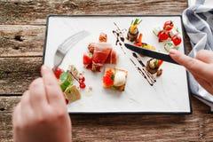 吃与利器的开胃菜,食者pov 免版税库存照片
