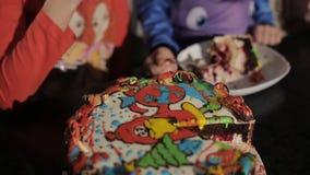 吃与叉子一个甜鲜美蛋糕用果酱的小孩女孩在餐馆 股票录像