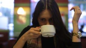 吃与叉子的女孩蛋糕 股票视频