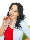 吃与巧克力传播和新鲜的草莓的少妇一个薄脆饼干 库存图片