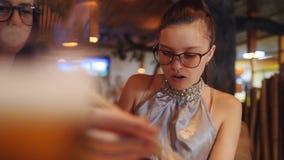 吃与木筷子卷的母亲和女儿 在泛亚餐馆的家庭晚餐 股票录像