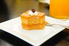 吃与模子的泰国茶夹心蛋糕 免版税库存图片