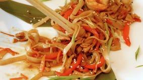 吃与筷子特写镜头的亚洲食物 股票录像
