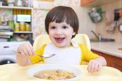 吃与肉丸的可爱的小男孩汤 免版税库存图片
