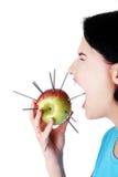 吃与针的妇女一个苹果,痛苦概念 免版税库存照片
