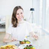 吃与鸡的美丽的快乐的妇女沙拉 库存照片