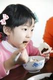 吃中国的女孩午餐 免版税库存照片