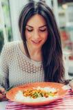 吃中国食物的少妇在餐馆,有她的lunc 免版税库存照片