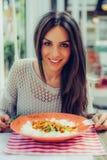 吃中国食物的少妇在餐馆,有她的lunc 库存图片