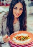 吃中国食物的少妇在餐馆,有她的lunc 库存照片