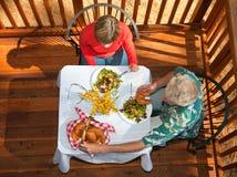 吃中间名的变老的夫妇 免版税库存照片