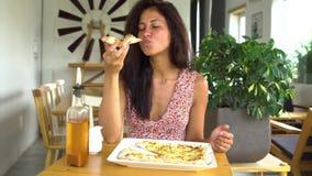 吃乳酪薄饼切片的妇女 股票视频