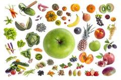 吃五的健康食物、各种各样的水果和蔬菜的概念每在withte背景的天用在的一个绿色苹果 免版税库存照片