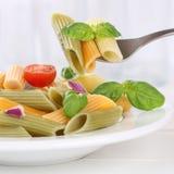 吃五颜六色的Penne Rigate面条面团膳食的意大利烹调 免版税库存图片