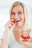 吃享用纵向草莓妇女 免版税库存图片