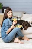 吃亭亭玉立的优美的妇女健康午餐 免版税库存图片