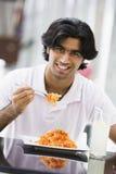 吃人意大利面食牌照的咖啡馆 库存照片