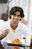 吃人意大利面食牌照的咖啡馆 库存图片