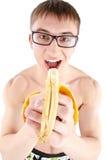 吃人肌肉赤裸性感的湿年轻人的香蕉 免版税库存图片