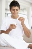 吃人酸奶年轻人 免版税库存图片