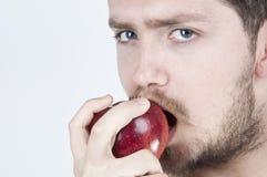 吃人年轻人的苹果 库存照片