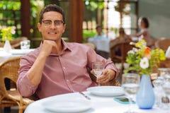 吃优美的微笑的人可口晚餐 免版税图库摄影