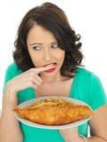 吃传统炸鱼加炸土豆片的少妇 免版税库存图片