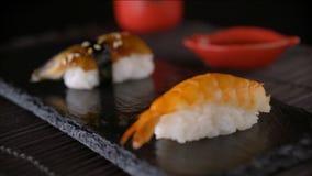 吃使用红色筷子的寿司卷 股票录像