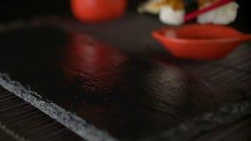 吃使用红色筷子的寿司卷 股票视频