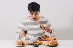 吃便当概念手的人们拿着被油炸的鸡碳酸化合的汽水 免版税库存照片
