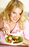 吃俏丽的沙拉妇女 免版税库存图片