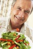吃健康人沙拉前辈 免版税库存照片