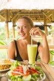 吃健康午餐的妇女 免版税库存照片