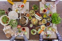 吃健康午餐的朋友 免版税库存照片