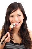 吃健康寿司妇女 图库摄影