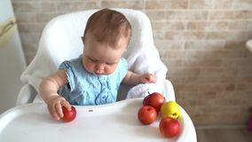 吃健康果子和使用用红色苹果的婴孩 健康吃的孩子 股票视频
