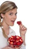 吃健康生活方式系列草莓妇女 免版税库存图片