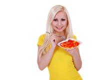 吃健康胡椒沙拉的白肤金发的少妇查出 图库摄影