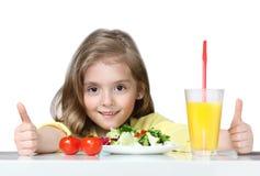 吃健康菜食物的孩子隔绝在白色 免版税库存照片