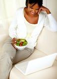 吃健康蔬菜沙拉的成人黑人妇女 库存照片