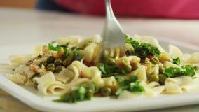 吃健康食品的人们在厨房里 股票视频