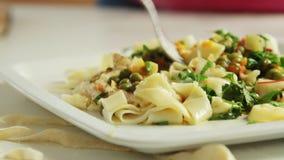 吃健康食品的人们在厨房里 股票录像