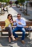 吃健康食物和微笑的企业夫妇 免版税库存图片