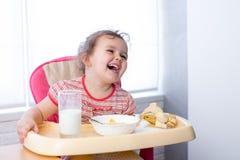 吃健康食物的儿童女孩 免版税图库摄影