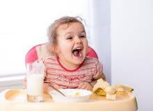 吃健康食物的孩子女孩 库存照片