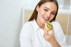 吃健康饮食食物的妇女 免版税库存图片